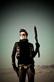 Mädchen, das mit einer Gewehr aufwirft Stockfotos