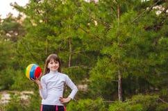 Mädchen, das mit einer Kugel spielt Lizenzfreie Stockfotografie