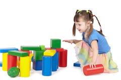 Mädchen, das mit Farbenspielwaren spielt Stockfotos