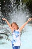 Mädchen, das mit Freude durch Brunnen schreit Stockfotos