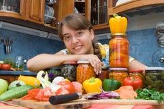Mädchen, das mit Gemüse lächelt Stockbilder