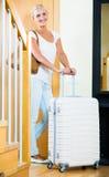 Mädchen, das mit Gepäck steht Stockbilder