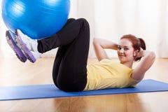 Mädchen, das mit Gymnastikkugel trainiert Lizenzfreie Stockbilder