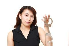 Mädchen, das mit Handschellen aufwirft stockbilder