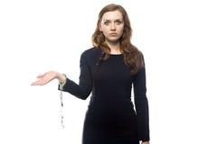 Mädchen, das mit Handschellen aufwirft Stockbild