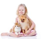 Mädchen, das mit Haustieren - Hund und Katze spielt. Lizenzfreie Stockfotografie