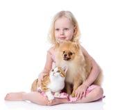 Mädchen, das mit Haustieren - Hund und Katze spielt Lizenzfreie Stockfotografie