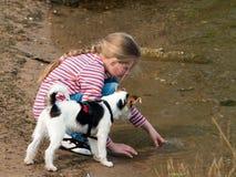 Mädchen, das mit Hund spielt Stockfotos
