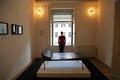 Mädchen, das mit ihr zurück am Fenster an der Psychoanalysecouch in Sigmund Freud-Museum in Wien steht Stockfoto