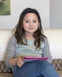 Mädchen, das mit ihrem elektronischen Gerät arbeitet Lizenzfreies Stockfoto