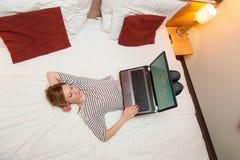 Mädchen, das mit ihrem Laptop spielt Stockbilder