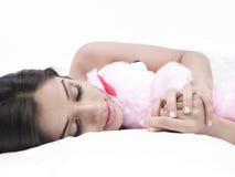 Mädchen, das mit ihrem Teddybären schläft Lizenzfreie Stockbilder