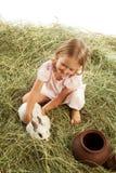 Mädchen, das mit Kaninchen spielt Stockfotografie