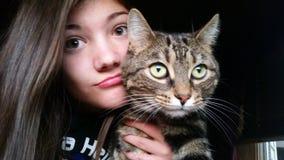 Mädchen, das mit Katze aufwirft Stockfotos
