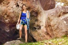 Mädchen, das mit Kletternausrüstung steht Stockfotos