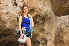 Mädchen, das mit Kletternausrüstung steht Stockbild