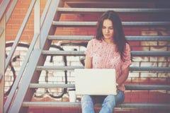Mädchen, das mit Laptop arbeitet Lizenzfreies Stockfoto