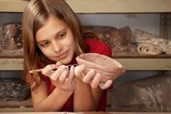 Mädchen, das mit Lehm arbeitet Lizenzfreie Stockfotos