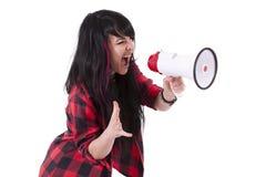 Mädchen, das mit Megaphon schreit Stockfotografie