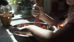 Mädchen, das mit Mehl bei der Zubereitung des Teigs spielt stock video