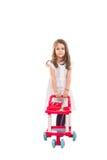 Mädchen, das mit Pramspielzeug spielt Lizenzfreie Stockbilder
