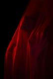 Mädchen, das mit rotem Gewebe aufwirft Lizenzfreie Stockfotografie
