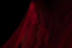 Mädchen, das mit rotem Gewebe aufwirft Stockbilder
