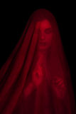 Mädchen, das mit rotem Gewebe aufwirft Lizenzfreies Stockfoto