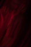 Mädchen, das mit rotem Gewebe aufwirft Stockfotografie