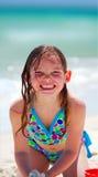 Mädchen, das mit Sand spielt Stockfoto