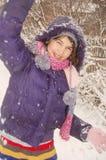 Mädchen, das mit Schnee spielt Stockbilder