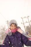 Mädchen, das mit Schnee spielt Lizenzfreies Stockfoto