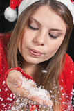 Mädchen, das mit Schnee spielt Stockfoto
