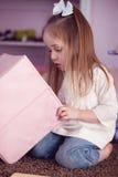 Mädchen, das mit Spielwaren spielt Stockfotografie