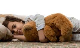 Mädchen, das mit Teddybären schläft Lizenzfreie Stockfotos
