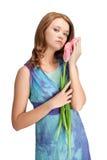 Mädchen, das mit Tulpen steht stockbilder