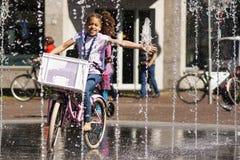 Mädchen, das mit Wasser spielt Lizenzfreie Stockfotografie