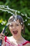 Mädchen, das mit Wasser spielt stockfoto