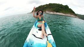 Mädchen, das mit Wasser spielt und im Boot spritzt stock video