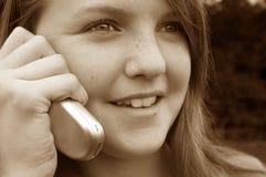 Mädchen, das Mobiltelefon verwendet Stockbild