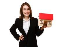 Mädchen, das Modell des Hauses hält Stockfotografie