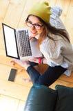 Mädchen, das moderne Technologie, Draufsicht einsetzt Lizenzfreie Stockfotos