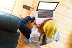 Mädchen, das moderne Technologie, Draufsicht einsetzt Stockfotos