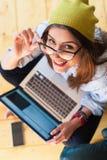Mädchen, das moderne Technologie, Draufsicht einsetzt Stockbilder
