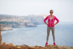 Mädchen, das morgens Gymnastik auf dem Strand-Ozean tut Lizenzfreie Stockbilder
