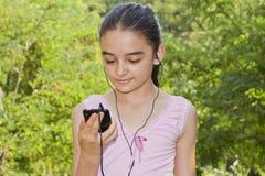 Mädchen, das Musik auf einem smartphone hört Stockfoto