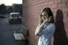 Mädchen, das Musik hört lizenzfreie stockfotografie