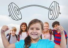 Mädchen, das Muskeln mit Freunden vor dem grauen Hintergrund- und Barbellgewichtszeichnen biegt stockfoto