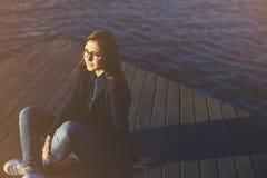 Mädchen, das nach einem Weg auf der Ufergegend sich entspannt Stockfotografie