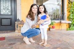 Mädchen, das nach Hause für Kindergarten mit Mutter verlässt lizenzfreie stockfotos